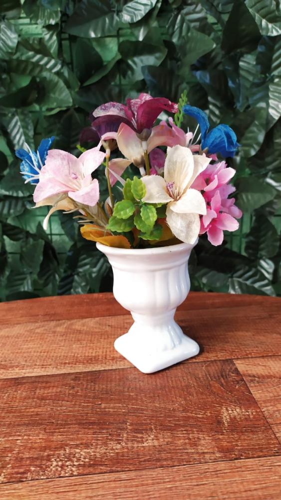 mini vaso branco com florzinha azul e rosa