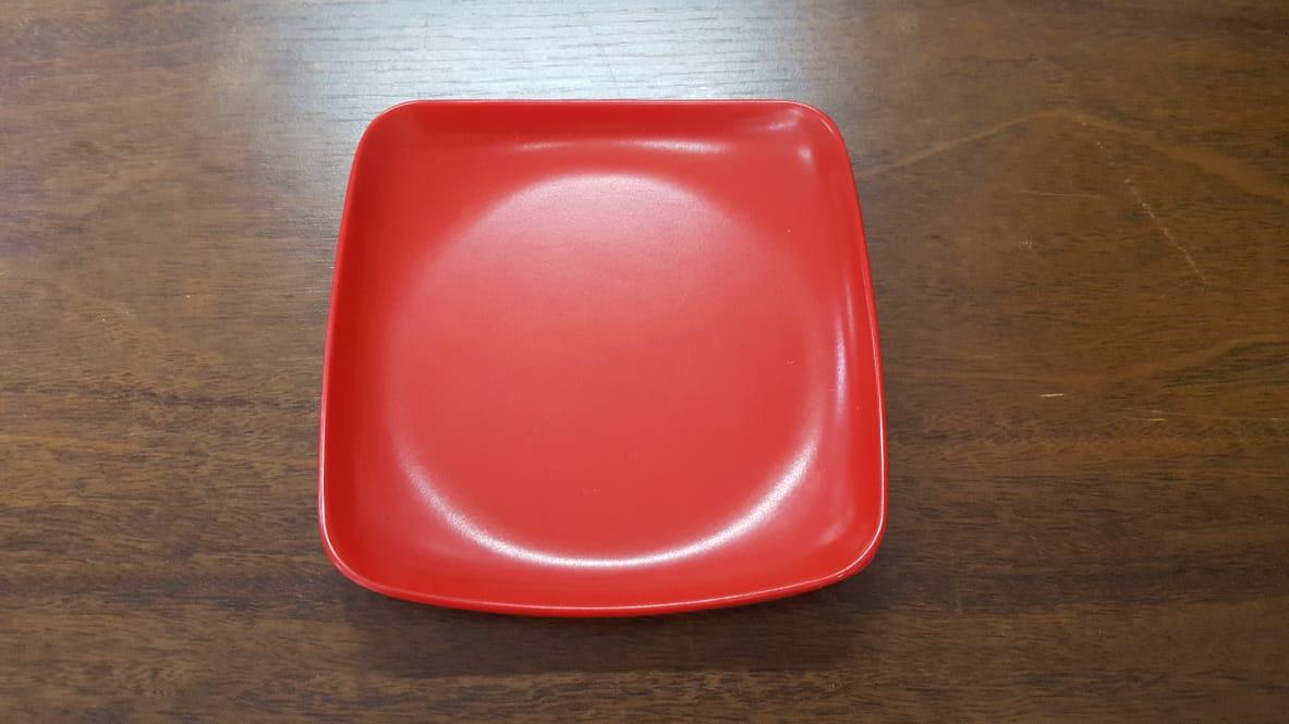 Prato quadrado vermelho com preto de melanina 15x15