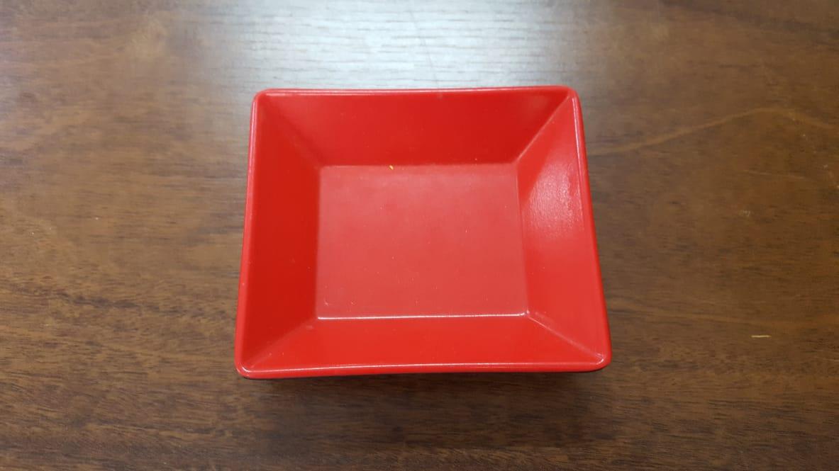 Prato retangular preto com vermelho de melanina 12x10