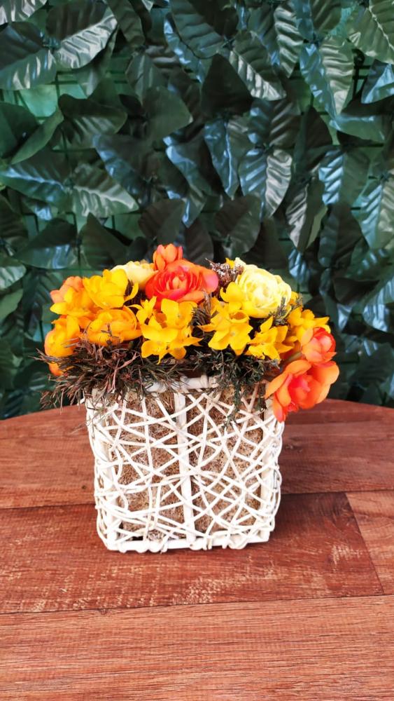 Cachepo com flores laranja e amarela