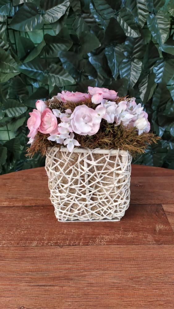 Cachepo com flores rosa